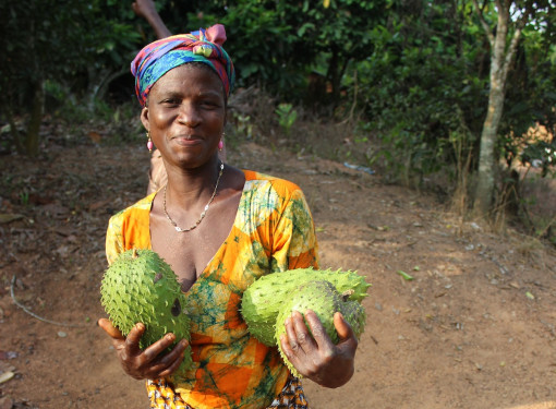 Woman, aluguntugui, generosity. Central Region, Ghana.